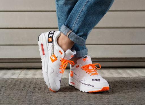 Мужская и женская спортивная обувь.
